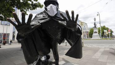 """Statue de l'agent 15, personnage d'Hergé (""""Quick et Flupke""""), masqué, place Sainctelette, à Bruxelles, ce 22 juillet 2020"""