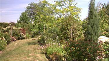 Les sentiers mènent vers d'autres recoins du jardin