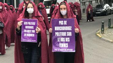 """Dépénalisation de l'avortement: des """"servantes écarlates"""" protestent contre l'affrontement politique"""