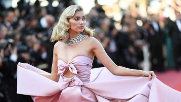 """La mannequin suédoise Elsa Hosk pose en arrivant à la projection du film """"Les Filles du soleil"""", le 12 mai 2018, lors de la 71e édition du festival de Cannes"""
