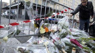 Un homme dépose des fleurs devant l'épicerie juive porte de Vincennes, au lendemain de la prise d'otages par Amedy Coulibaly qui a fait 4 morts