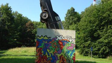 """""""La mort de l'automobile"""" installée dans les bois du Sart Tilman en 1980."""