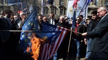 Les ultranationalistes serbes brûlent des drapeaux de l'UE et des USA