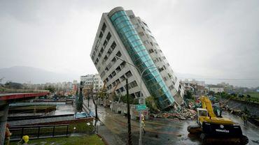 Un immeuble renversé par le séisme de magnitude 6,4 à Hualien, à Taïwan, le 7 février 2018