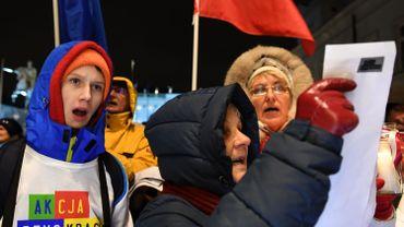 Des manifestants polonais protestant contre les réformes devant le palais présidentiel le 14 décembre dernier.
