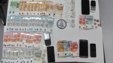 Le résultat de la première saisie: 10 grammes de cocaïne, 39 grammes d'héroïne et plus de 1.400 euros en liquide.