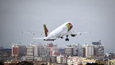 Un avion qui décolle de Lisbonne