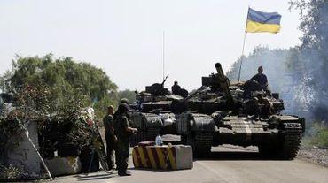 Des soldats ukrainiens tiennent un barrage routier près de Debaltseve, dans la région de Donetsk, le 3 août 2014