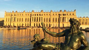 Commandé pour la construction d'une chapelle du château de Versailles au XVIIe, un bloc de marbre rouge va enfin être livré au palais royal.