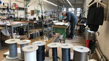 L'atelier Bardiau a employé jusqu'à 90 personnes, aujourd'hui deux ouvriers y travaillent encore pour les retouches
