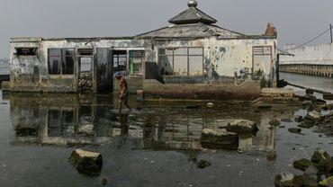 Une mosquée abandonnée et inondée dans le nord de Jakarta, le 5 juillet 2019 en Indonésie
