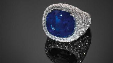 Une bague chevalière sertie d'un saphir du Cachemire pesant 18 carats a été adjugée lundi soir 1.110.000 euros hors frais à Monaco.