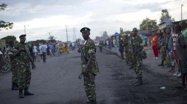 Des soldats surveillent l'artère principale de Bujumbura le 9 mai 2015