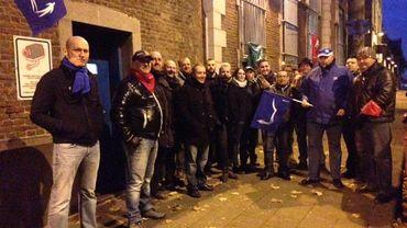 Le piquet de grève qui a été installé ce vendredi matin devant la prison de Mons.