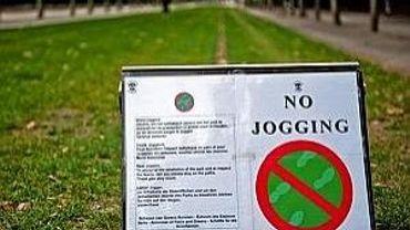 Des panneaux interdisent désormais les coureurs d'emprunter les pelouses pour leur jogging