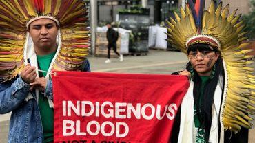 Une délégation de chefs indigènes brésiliens manifestent devant le Parlement européen, à Bruxelles.
