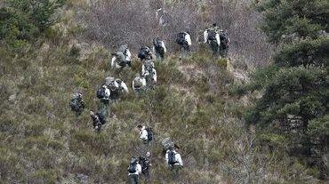 Des soldats français partent sur les lieux du crash de l'A320 de Germanwings qui a fait 150 morts près de Seyne-les-Alpes, le 25 mars 2015