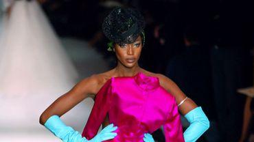 Naomi Campbell défile à de nombreuses reprises pour Jean Paul Gaultier mais elle porte ce jour-là une robe à couper le souffle, issue de la collection haute couture printemps-été 2003. Paris, le 20 janvier 2003.