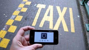Le logo d'Uber affiché sur un smartphone pendant une manifestation de taxis à Bruxelles contre l'application, le 13 septembre 2015