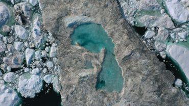 Au Groenland, il est fréquent que de la glace fondue forme des lacs sur de la glace flottante, comme ici près d'Ilulissat, le 30 juillet 2019. Une conséquence du réchauffement climatique.