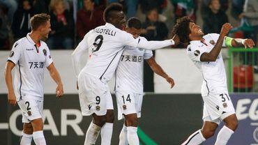 Mario Balotelli tire les cheveux de Dante