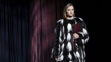 Pour la saison automne-hiver 2018-2019, Clare Waight Keller a imaginé un large choix de manteaux en fausse fourrure, plus vrais que nature, pour la maison Givenchy. Paris, le 4 mars 2018.