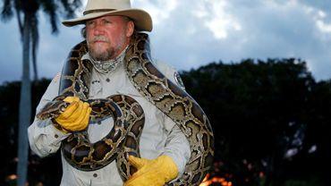 Tom Rahill, un python birman de 3 mètres autour du cou, dans le parc national des Everglades, le 25 avril 2019 à Fort Lauderdale, en Floride