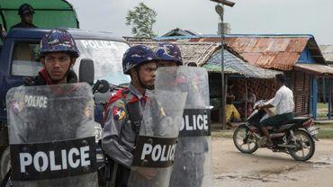Des policiers en faction dans un camp pour personnes déplacées, le 1er septembre 2017 à Sittwe, dans l'Etat Rakhine, en Birmanie