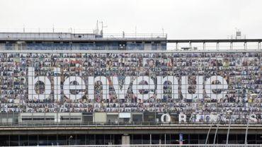 L'image, mesurant 202 mètres de long pour 17 mètres de haut, a été installée sur la façade du terminal Orly Sud