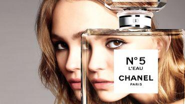 """Lily-Rose Depp incarne la campagne du parfum """"N°5 L'Eau"""" de Chanel avec une simplicité presque déroutante."""