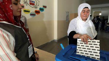 Une kurde irakienne dépose son bulletin de vote dans l'urne pour les élections législatives dans la région autonome du Kurdistan d'Irak, le 30 septembre 2018