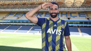 Adil Rami pose en effectuant le salut militaire des joueurs turcs