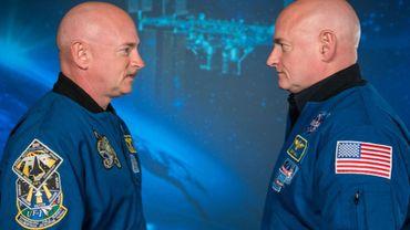 Les astronautes américains Scott Kelly (à droite), qui a passé un an dans la Station spatiale internationale, et son frère jumeau Mark Kelly