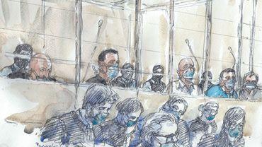 Un croquis de salle d'audience réalisé le 2 septembre 2020 au palais de justice de Paris montre les quatorze accusés et leurs avocats, portant un masque de protection, au premier jour du procès des complices des meurtres djihadistes de Charlie Hebdo en 2015