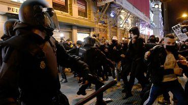 Heurts entre police et manifestants après l'arrestation du rappeur Pablo Hasel, le 17 février 2021 à Madrid