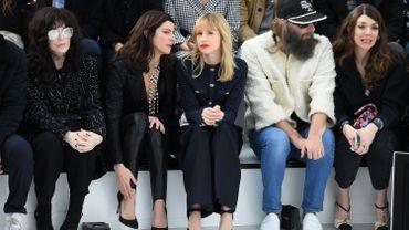 Angèle avec entre autres Anna Mouglalis, Isabelle Adjani et Sébastien Tellier à la dernière Fashion Week parisienne
