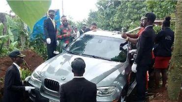 Nigéria: il enterre son père dans une nouvelle voiture avec GPS pour le mener vers le ciel