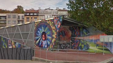 Illustration: Cette œuvre a été réalisée à la gare du Vivier d'oie à Uccle, par l'Asbl Propaganza, un collectif qui rassemble des artistes de différents horizons, issus principalement du monde du street art et du graffiti.