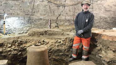 C'est Stéphane Debaere, un ouvrier communal, qui a patiemment dégagé ce moule de cloche fabriqué il y a 300 ans dans le beffroi de Gembloux.