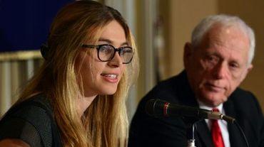 Sarah Lucas (g), présidente d'Australia for Dolphins et le militant américain Ric O'Barry, à Tokyo, le 15 mai 2014