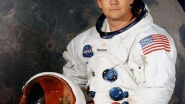 Neil Armstrong devant une photo de la Lune, à Paris le 10 juillet 1979