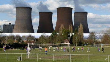 Une centrale électrique à charbon côtoie un terrain de foot près de Rugeley, dans le centre de l'Angleterre, le 2 avril 2016