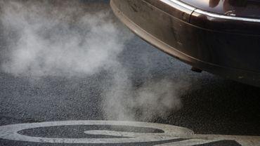 Laisser tourner son moteur plus de 10 secondes émet plus de CO2 que de redémarrer