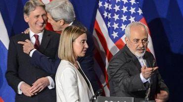 Philip Hammond, John Kerry, Federica Mogherini et Mohammad Javad Zarif s'apprêtent à annoncer la conclusion sur un accord cadre le 2 avril 2015 à Lausanne