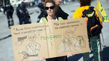 Une manifestante contre Monsanto, à Marseille