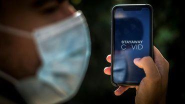 """L'application de traçage """"Stay Away Covid"""" sur un smartphone, le 16 octobre 2020 à Lisbonne, au Portugal"""