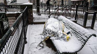 Photo illustrative d'une personne vivant dans la rue en plein hiver.