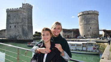 """Flavie Flament pose avec l'actrice qui joue son rôle dans """"la consolation"""", le téléfilm primé lors de ce festival à la Rochelle, qui a attribué 4 prix à des coproductions RTBF."""