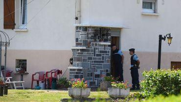 Des gendarmes sont postés devant la maison d'Albert et Monique Villemin