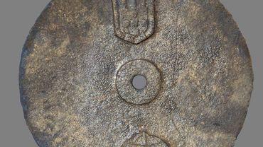 L'astrolabe portait l'emblème personnelle du roi Manuel Ier du Portugal, arrivé sur le trône en octobre 1495.